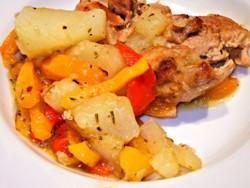 запеченные куриное мясо и овощи на тарелке