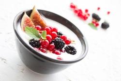 йогурт с ягодами в чашке