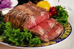 говядина с зеленью на тарелке