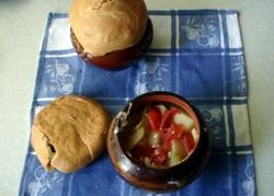 блюдо в горшочке под хлебной крышкой