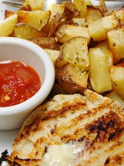 картошка с мясом и кетчупом