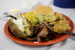 картофель в мундире с мясом на тарелке