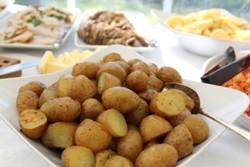 картофель в мундире на тарелке