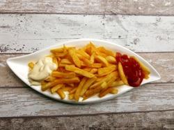 картофель фри с соусами на тарелке