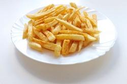 картофель фри а тарелке