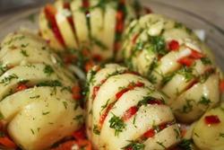 картошка гармошка с овощами на доске