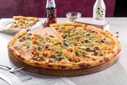 порезанная пицца на подложке