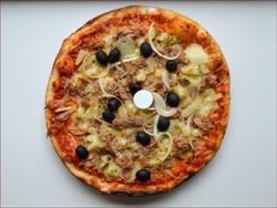 пицца с маслинами на столе