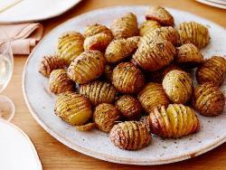 запеченая картошка на тарелке