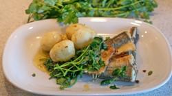 скумбрия с картошкой на тарелке