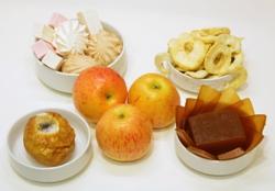 печеное и свежее яблоко с другими десертами на столе