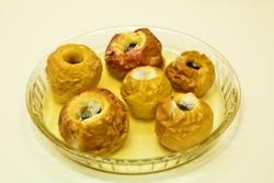 запеченные яблоки на тарелке