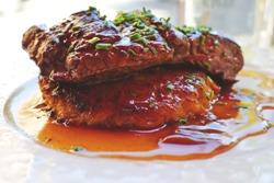 куски говядины под соусом
