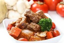 кусочки говядины с овощами на тарелке