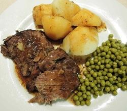 кусок мяса с картошкой и горошком