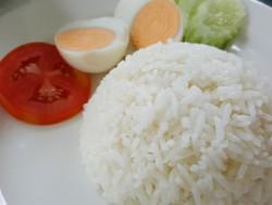 рис с овощами на тарелке