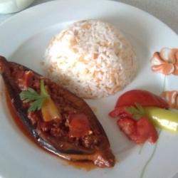 фаршированный баклажан с рисом на тарелке