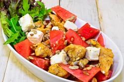 кусочки овощей и куриной грудки в блюде