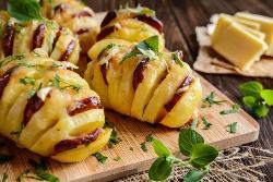 картошка гармошка с колбаской на доске