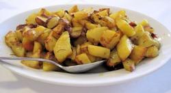 картошка кусочками на тарелке