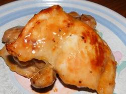 куриные бедра на тарелке