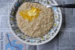 Пшеничная каша с маслом в тарелке