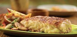 кусочек рыбки с картошкой на тарелке