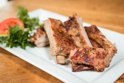 кусочки свиных ребрышек на тарелке